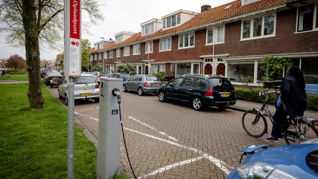 Van Veldhoven: beschik-baarheid van laadpalen moet zichtbaar worden